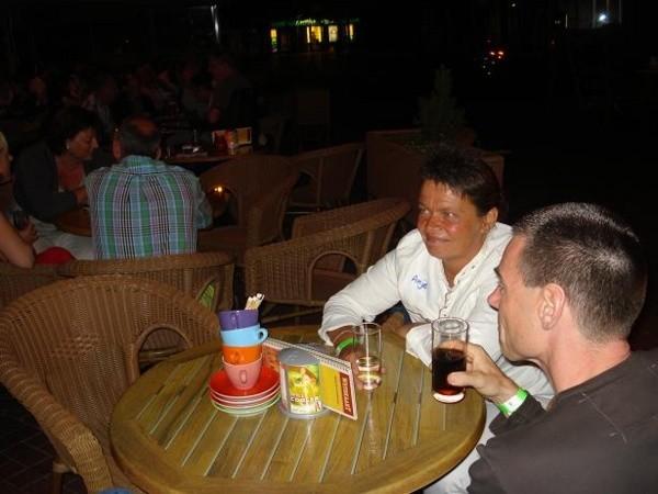 Gezellig op het terras tijdens de singlesparty Taveerne het Wetshuys te Almelo op zaterdag 1-8-2008