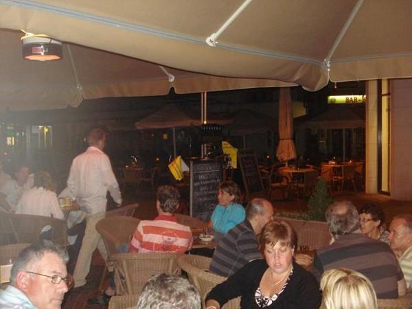 Buiten op het overvolle terras tijdens de singlesparty bij Taveerne het Wetshuys te Almelo op zaterdag 1-8-2008