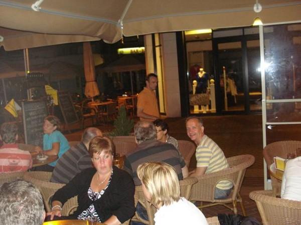 Het verwarmde buitenterras van Taveerne het Wetshuys te Almelo op zaterdag 1-8-2008