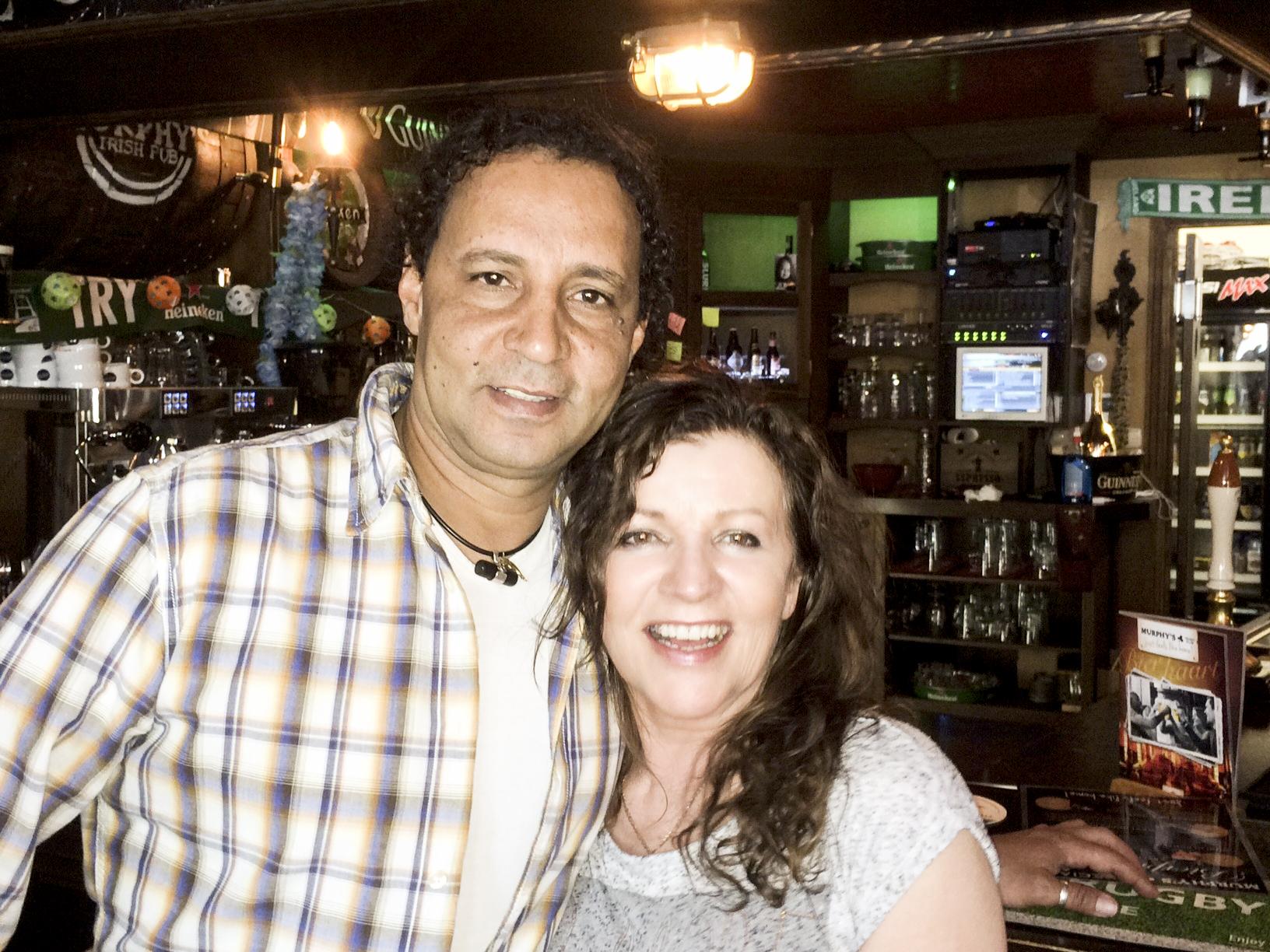Eigenaars Assad en Phyllis van Irish Pub Murphy's-Nijverdal, Markt 3